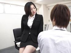 Две похотливые молодые японки с большими сиськами соблазняют парней