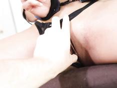 Надел наручники на сиськастую блондинку и отымел в бритую пиздёнку