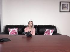 На порно кастинге молодую грудастую блондиночку отымели во все дырки