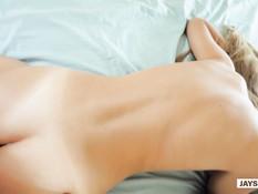 Зрелая русская блондинка на кровати отпердолена во влагалище и анус