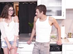 Высокая русская девка в очках напросилась в гости и соблазнила парня
