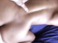 Сиськастая мулатка сосала у белого мужика и ебалась с ним на кровати