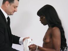Небритый белый мужик ебёт в анал худую негритянку с маленькой грудью