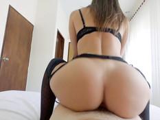 Грудастая русская девка в чёрном белье ебётся с бойфрендом на кровати