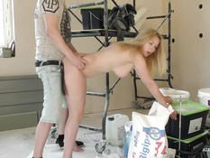 Игривая зрелая блондинка с большими титьками оттрахана в позе раком