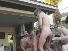 Групповой секс в открытом бассейне мужиков и четырёх молодых трансов