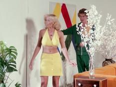 Парень в спортивном костюме оттрахал кудрявую пышногрудую блондинку