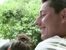 Две молодые пары занимаются групповым свинг сексом на траве в кустах