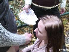 Две свинг пары пришли в лес и после минета занялись групповым сексом