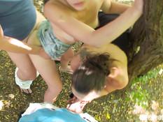 Две молодые пары занимались свинг сексом возле дороги среди деревьев
