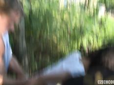 Две свинг пары пошли в ближайший лес чтобы заняться групповым сексом