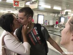 Две молодые чешские свинг пары занимались групповым сексом в переходе