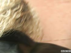 Кудрявая блондинка получила сперму на попку после свинг групповушки