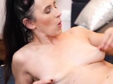 Разгорячённая грудастая брюнетка громко кричит во время мастурбации