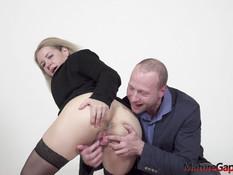 Зрелую блондинку с обвисшей грудью отодрали в растянутую пизду и анус