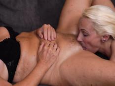 Три похотливые мамочки соблазняют на групповой секс молодого парня