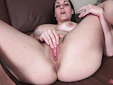 Пышная зрелая брюнетка с большой грудью мастурбирует руками и дилдо