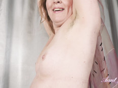 Зрелая рыжеволосая женщина с большой грудью теребит волосатую пизду