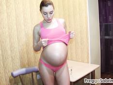 Сиськастая беременная шатенка обнажается и показывает свои прелести