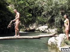 Лысый парень возле водопада отымел в киску горячую латинскую шатенку
