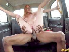 Рыжеволосая грудастая девка ебётся с негром на заднем сиденье машины
