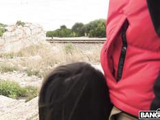 Мужчина отпердолил в анал девку в белом платье возле железной дороги