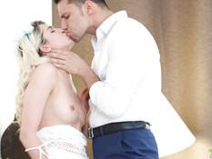 Кудрявая русская блондиночка отпердолена в бритую писю и тугой анус