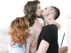 Две кудрявые русские девчонки забрызганы спермой после ебли с парнем