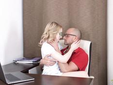 Милая русская блондинка с кудрявыми волосами оттрахана в бритую писю