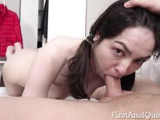 Мужик в ванной отодрал в анал тощую русскую девку с маленькой грудью