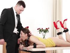 Любитель фетиш игр отодрал на столе грудастую украинскую красотку