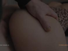 Разгорячённый парень отымел сисястую девку и забрызгал спермой живот