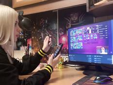 Молодая русская блондинка-игроманка отпердолена в анус в позе раком