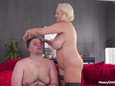 Пышную зрелую блондинку с большой грудью отпердолили в киску и анал