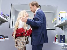 Похотливая молодая блондиночка отпердолена в очко работником клиники