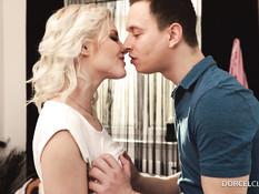 Кудрявая блондинка дала отыметь себя в анус и выдрочила сперму в рот