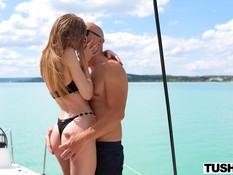 Стройная молодая блондинка с тату оттрахана парнем в поле и на яхте