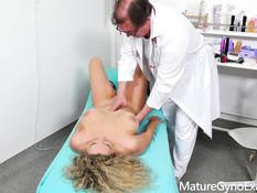 Кудрявая пышногрудая дама оттрахана у врача секс машиной и вибратором