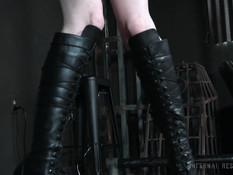 Связанная юная секс рабыня с розовыми волосами выпорота и оттрахана