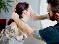 Бородатый господин отымел в пизду связанную татуированную секс рабыню