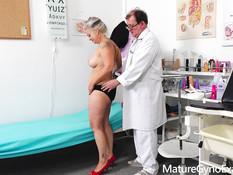 Пожилая грудастая дама оттрахана секс машиной на приёме у гинеколога