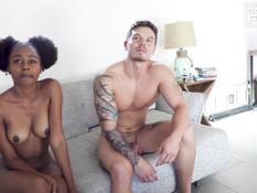 Белый парень отодрал на диване молодую мулатку и кончил ей на спину