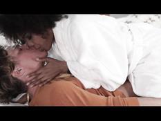 Белый любовник страстно ебёт на кровати кудрявую сисястую негритянку