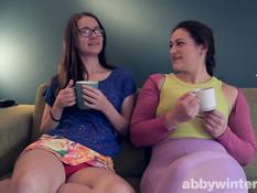 Две юные шатенки лесбиянки трутся волосатыми кисками в позе ножницы