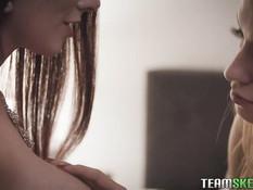 Сисястая рыжеволосая лесбиянка занимается любовью с худой блондинкой