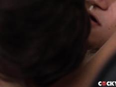 Худой загорелый гей с татуировками отпердолил молодого парня в очко