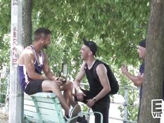 Двое голубых приятелей отпердолили и обкончали лысого гея на балконе
