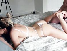 После секса с мужчиной молодая сиськастая блондинка выдрочила сперму