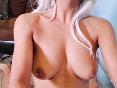 Активная в сексе сисястая блондинка оттрахала парня в позе наездницы