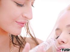 Анальный лесби секс красивой молодой блондинки с тату и юной шатенки